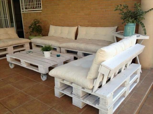 muebles patio hechos mano blanco almohadas