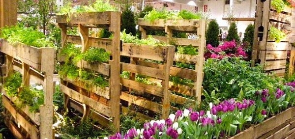 palet vertical flores madera patio trasero