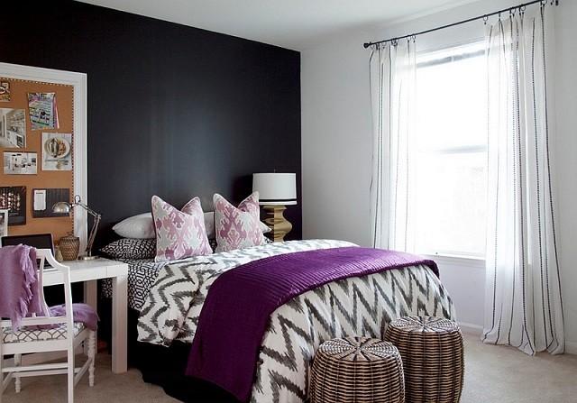 pared cama cojines lamparas ventana cortinas