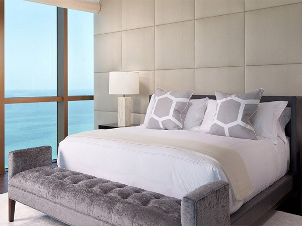 pared moderna blanca acolchada dormitorio