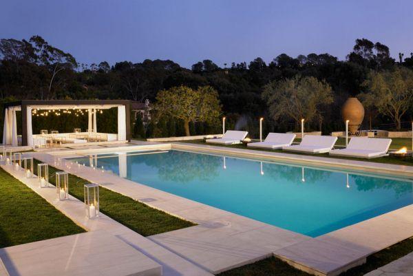 patio madera piscina luces cortinas