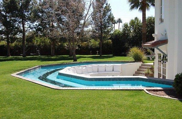 patio piscina cesped salon moderno