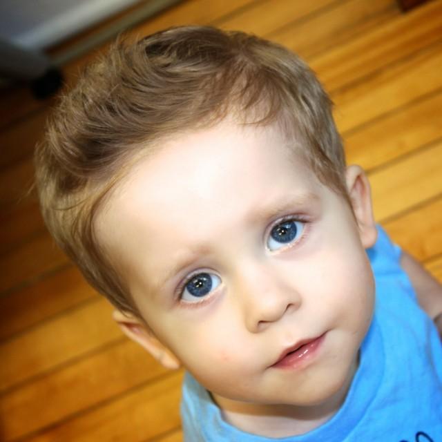 peinado moderno nene ojos cresta
