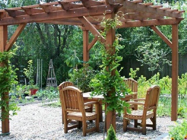 pergola jardin madera sillas mesa plantas trepadoras bonita