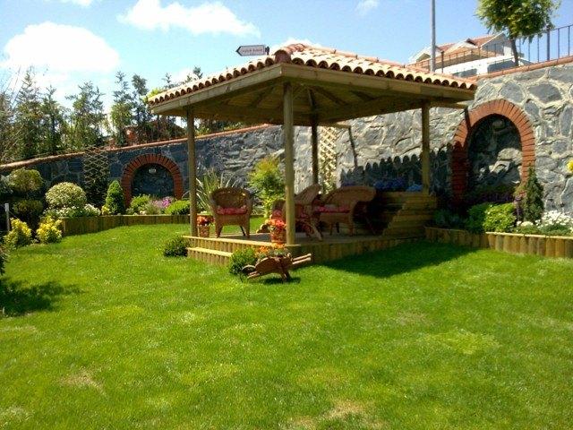 pergola madera tejas cesped idea jardin duradero