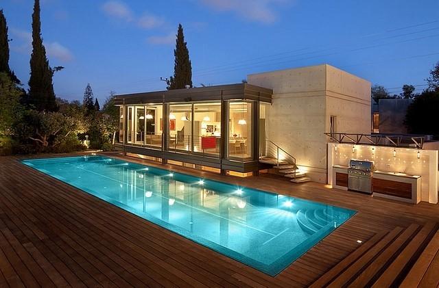 piscina amplia mosaico iluminacion grande deck