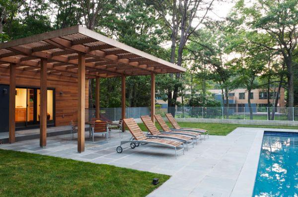 piscina casa cesped tumbonas patio madera