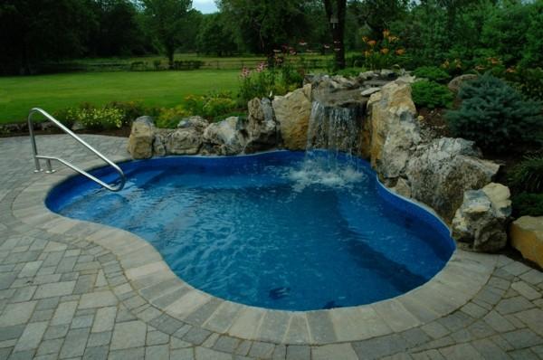 piscina cascada jardín piedras catarata