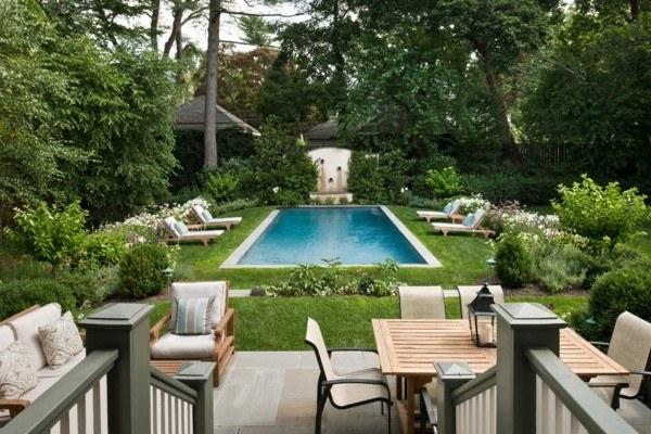 piscina central bonita rectangular sillones