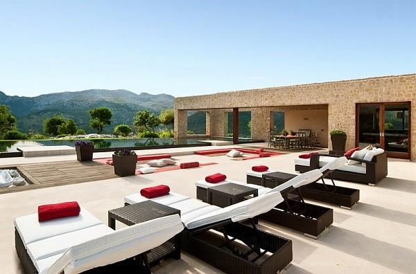 piscina terraza tumbonas cojines modernos