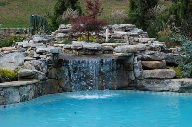 piscinas caidas piedras grandes borde vegetacion