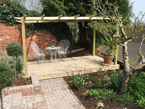 plataforma jardin sombrillas sillas metalicas mesa