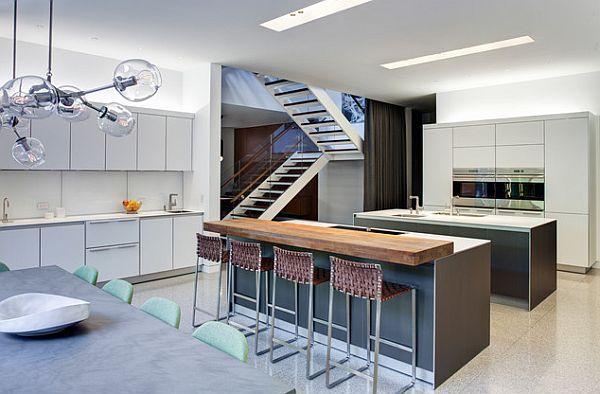 Cocina remodelada larga espaciosa dos islas  sillas de barra