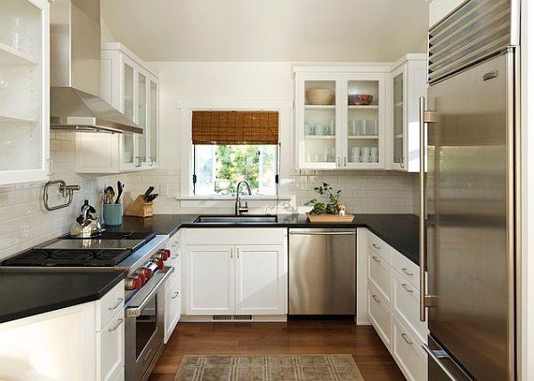 cocina remodelada pequeña armarios puertas de cristal empotrados en la pared