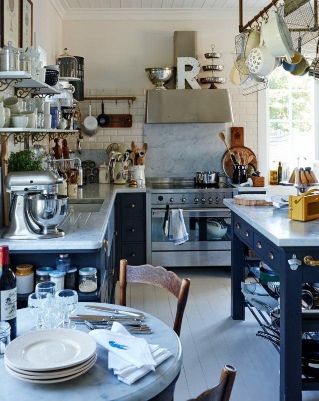 retro cocina azul azulejos blancos estrecha abunda