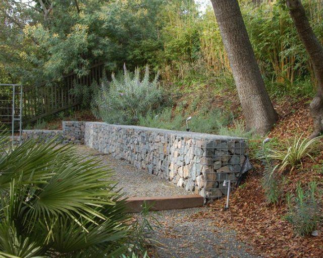 rocas muro pendiente grava jardin camino
