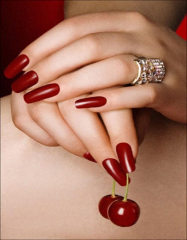 rojo nunca sale moda uñas largas atrevidas