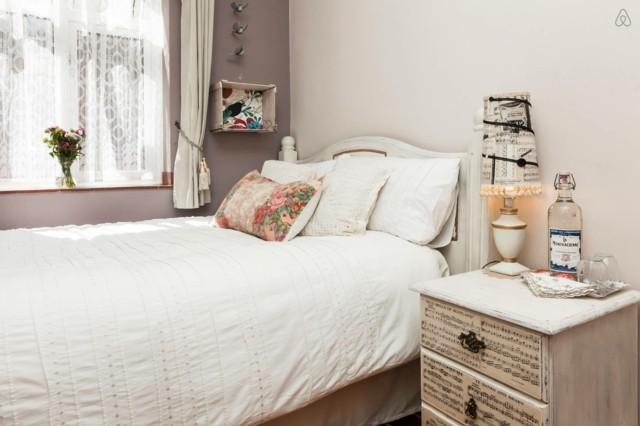 romantico interesante bonito ropa cama mesilla blanca