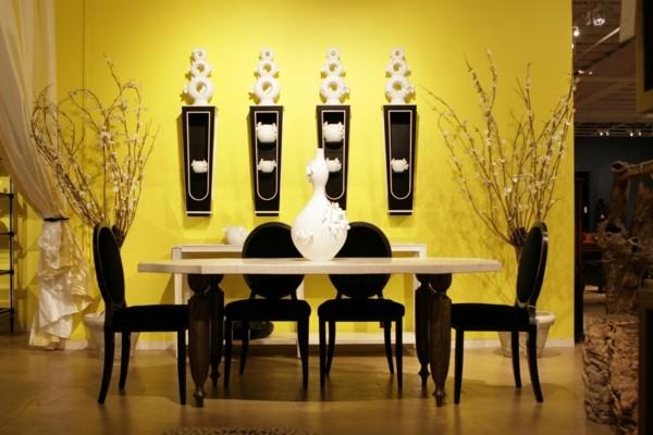 salón amarillo comedor negro sillas