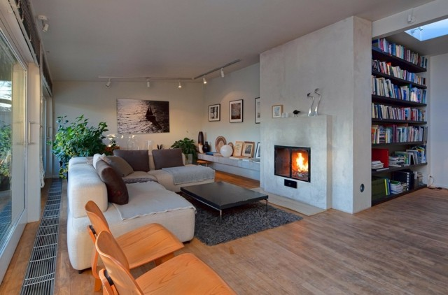 salon chimenea moderno amplio espacioso butacas madera