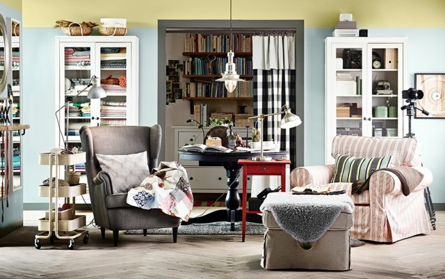 salon estrecho mezcla colores muebles estanterias