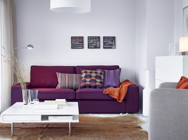 salon estrecho sofa purpura cogines bonito mesita blanca