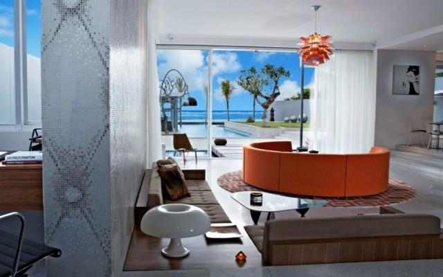 salon pared mosaico muebles naranja vista bomita