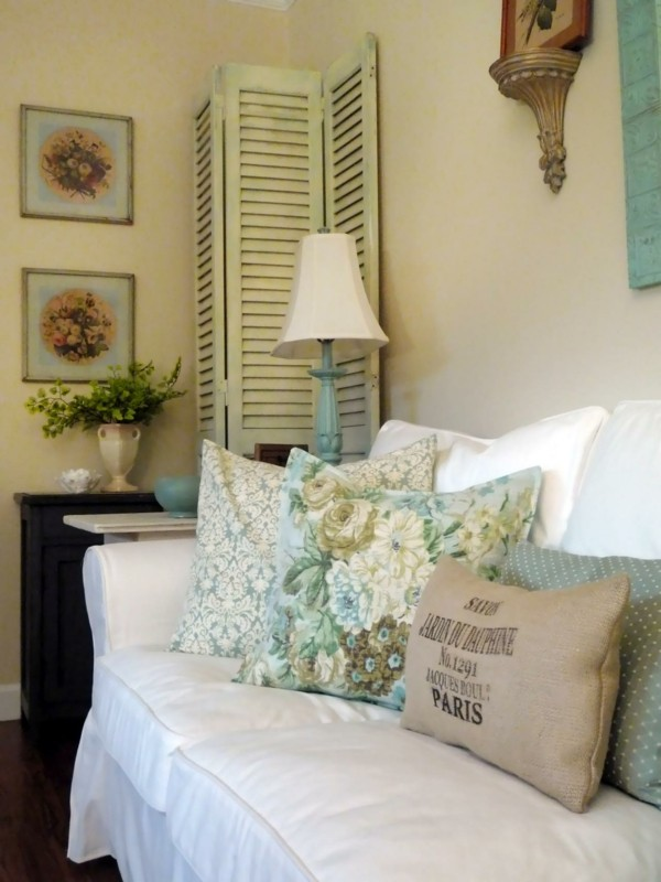 salón sofá cojines verdes flores