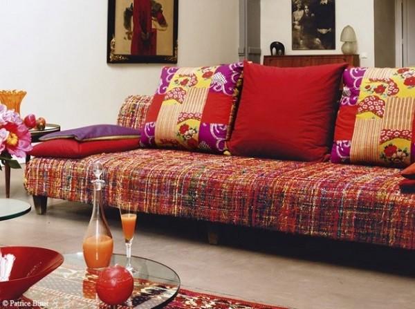 salón sofa rojo adornos cojines