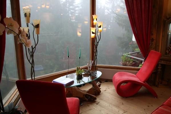 salon vistas mesa sillones rojos