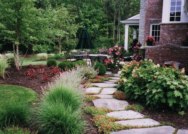 senda camino piedras cuadradas plantas