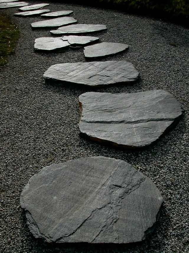 sendero camino piedras planas negras