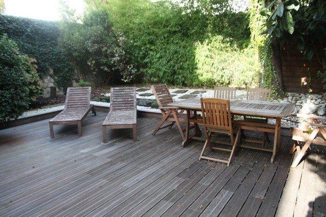 sillas mesa madera pared verde tumbona
