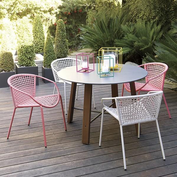 sillas metalicas lamparas plataforma mesa