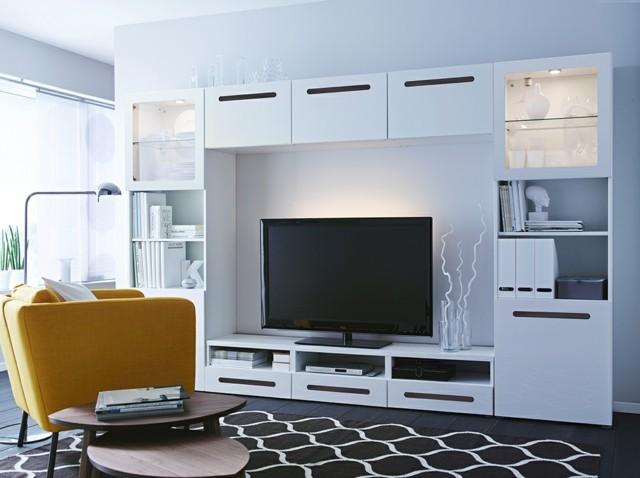 televisor grande salón muebles blancos butaca amarillo