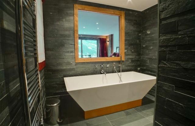 tendencia piedra baño tina blanca soporte madera espejo