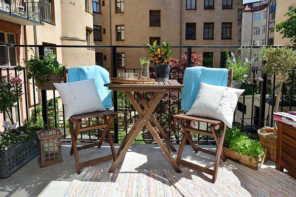 terraza sillas mesa plegable madera flores moderno