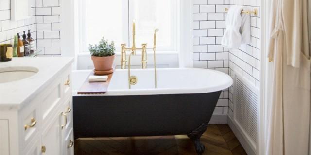 tina moderna negra baño pequeño diseño oro blanco
