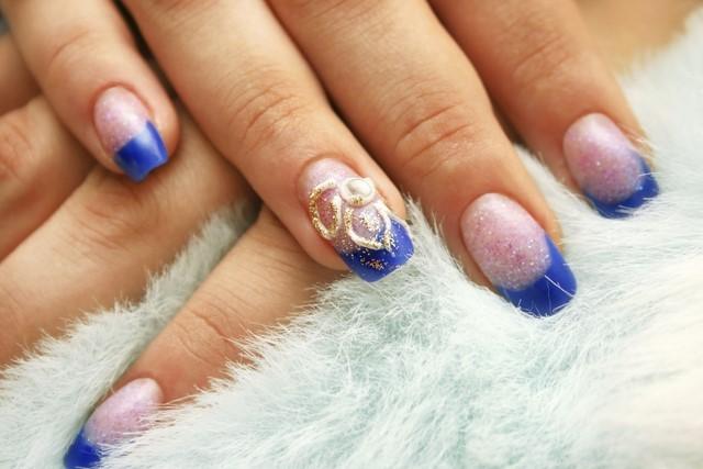 uñas decoradas brillo azul moderna bonitas