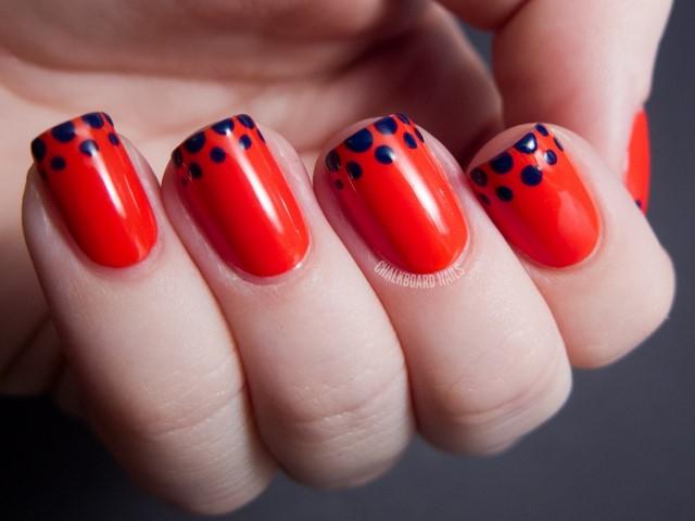 uñas decoradas color rojo puntos bonito azules