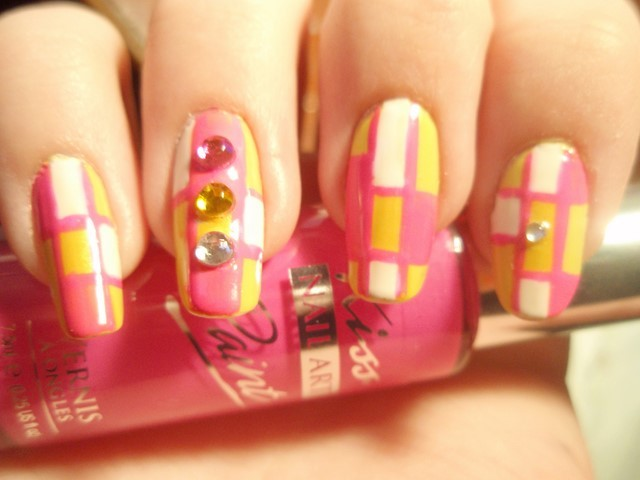 uñas decoradas rosa amarillo cuadrados piedras