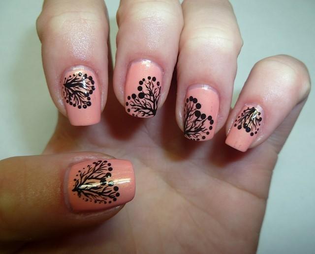 árboles en forma de corazon decoran uñas