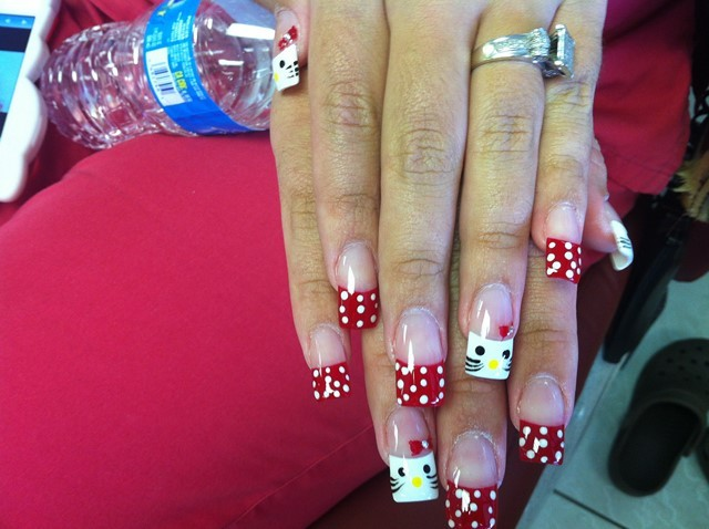uñas decoradas bonito rojo puntos blancos idea