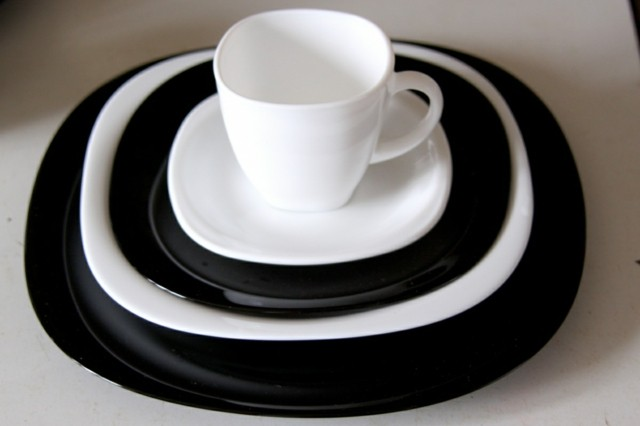 vajilla blanco negro platos distintos tamaño