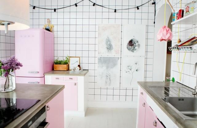 vintage cocina electrodomesticos rosa azulejos blancos