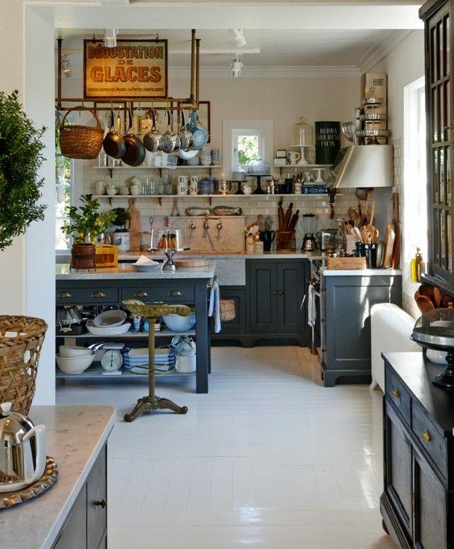 vintage cocina muchas vajillas muebles azul oscuro bonita