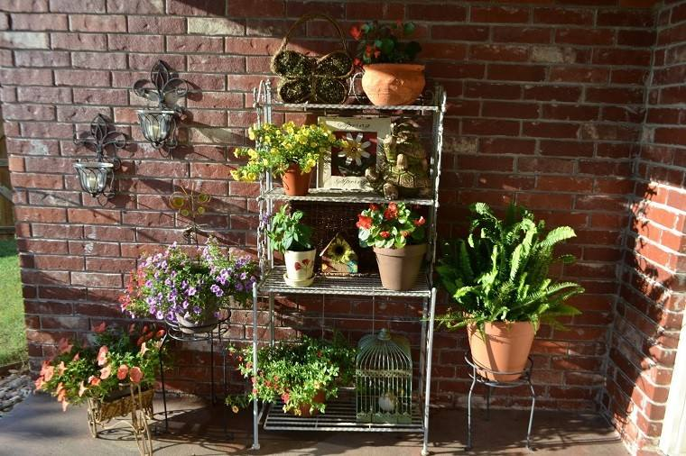 terraza estanteria macetas plantas retro