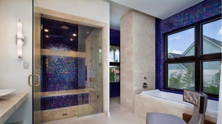 azulejos azules brillantes modernos ideas baño