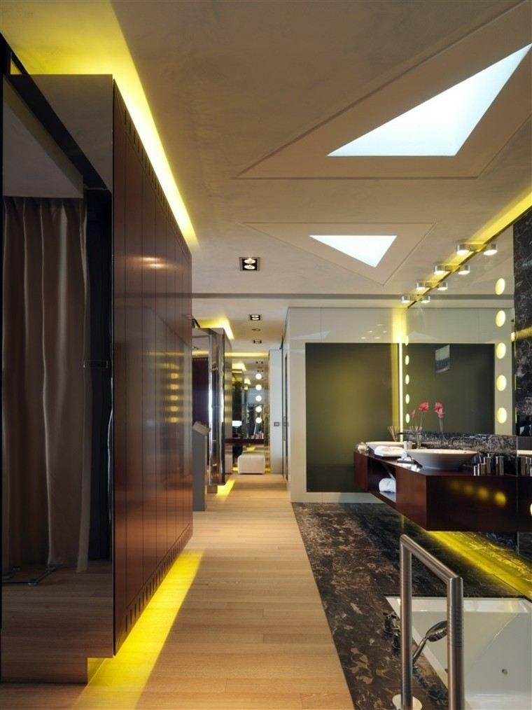 baño amarillo led madera espejo moderno