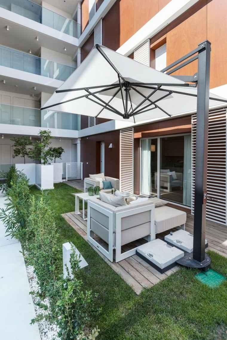 balcon cesped sombrilla blanca pie acero ideas modernas